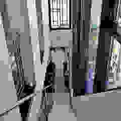 Pasillos, vestíbulos y escaleras modernos de PIKSTUDIO Moderno