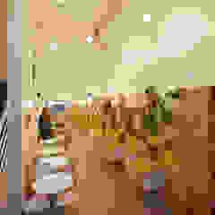 Minimalistische Esszimmer von IR arquitectura Minimalistisch Holz Holznachbildung