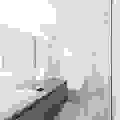 千歳烏山の家 モダンスタイルの お風呂 の ディンプル建築設計事務所 モダン 石