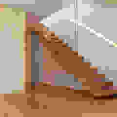 Pasillos, vestíbulos y escaleras minimalistas de PFS-arquitectura Minimalista