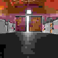 Caballerizas U Garajes rústicos de DDC.ARQ Rústico Madera Acabado en madera
