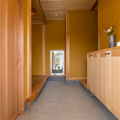 Classic corridor, hallway & stairs by shu建築設計事務所 Classic