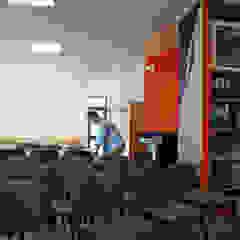JOÃO SANTIAGO - SERVIÇOS DE ARQUITECTURA Modern Study Room and Home Office Orange