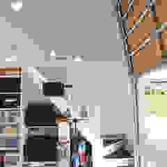 コートヤードとバイクガレージのある家 モダンデザインの ガレージ・物置 の tai_tai STUDIO モダン