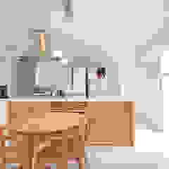 コートヤードとバイクガレージのある家 モダンな キッチン の tai_tai STUDIO モダン