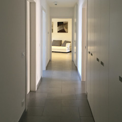 Studio Vivian Modern corridor, hallway & stairs