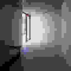 Modern Media Room by AIRアーキテクツ建築設計事務所 Modern