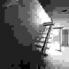 Couloir, entrée, escaliers modernes par 株式会社廣田悟建築設計事務所 Moderne Bois Effet bois
