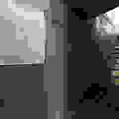 Couloir, entrée, escaliers modernes par 株式会社廣田悟建築設計事務所 Moderne Papier