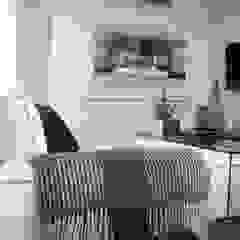 Moderner Multimedia-Raum von Fernanda Moreira - DESIGN DE INTERIORES Modern Textil Bernstein/Gold
