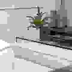 Moderner Multimedia-Raum von Fernanda Moreira - DESIGN DE INTERIORES Modern Glas