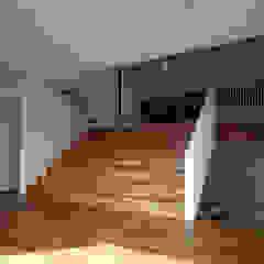 Couloir, entrée, escaliers modernes par 桐山和広建築設計事務所 Moderne