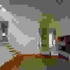 Salon moderne par 桐山和広建築設計事務所 Moderne