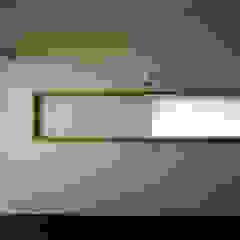 Chambre moderne par 桐山和広建築設計事務所 Moderne
