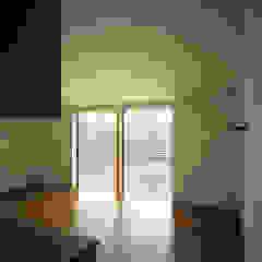 Chambre d'enfant moderne par 桐山和広建築設計事務所 Moderne
