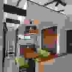 Salle à manger moderne par 株式会社スタジオ・チッタ Studio Citta Moderne