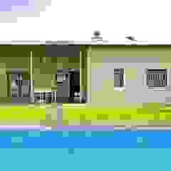 Jardín trasero y piscina Sánchez-Matamoros | Arquitecto Jardines de estilo moderno Cerámico Beige