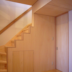 Modern Corridor, Hallway and Staircase by 小形徹*小形祐美子 プラス プロスペクトコッテージ 一級建築士事務所 Modern Wood Wood effect