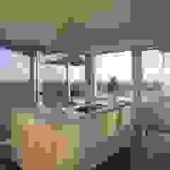 Beach front modern residential holiday home designSTUDIO - Lopes da Silva Modern kitchen