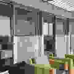 Beach front modern residential holiday home designSTUDIO - Lopes da Silva Modern balcony, veranda & terrace