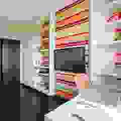 Alena Gorskaya Design Studio Chambre d'enfant minimaliste Multicolore