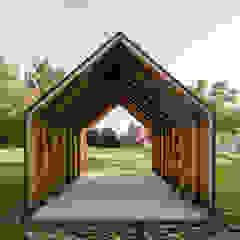 Minimalistyczny garaż od JAN RÖSLER ARCHITEKTEN Minimalistyczny Drewno O efekcie drewna
