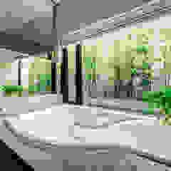 光と風、緑を楽しむ都市の家 モダンスタイルの お風呂 の TERAJIMA ARCHITECTS モダン 石