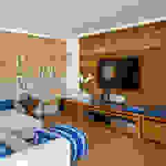 Rustykalny pokój multimedialny od Maria Claudia Faro Rustykalny Lite drewno Wielokolorowy