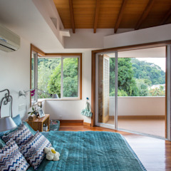 トロピカルスタイルの 寝室 の Maria Claudia Faro トロピカル