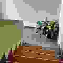 ห้องโถงทางเดินและบันไดสมัยใหม่ โดย BULLK Aruitectura y construcción โมเดิร์น