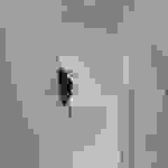 Pasillos, vestíbulos y escaleras de estilo moderno de 伊波一哉建築設計室 Moderno Madera Acabado en madera