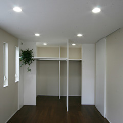 Cuartos de estilo moderno de 伊波一哉建築設計室 Moderno Madera Acabado en madera