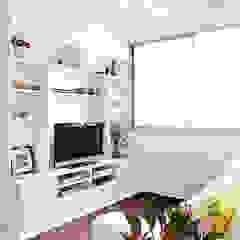 Apartamento da Maria Rita Salas multimídia minimalistas por INÁ Arquitetura Minimalista