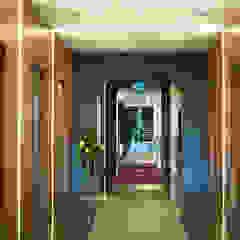 Pasillos, vestíbulos y escaleras de estilo moderno de CCT INVESTMENTS Moderno