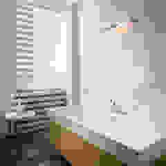Baños de estilo moderno de CCT INVESTMENTS Moderno