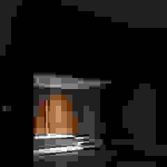 玄関ポーチ 夜景 ミニマルスタイルの 玄関&廊下&階段 の 家山真建築研究室 Makoto Ieyama Architect Office ミニマル