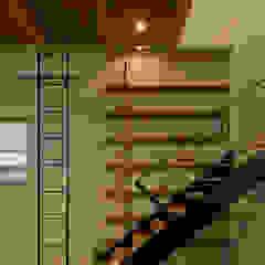 Couloir, entrée, escaliers originaux par 浦瀬建築設計事務所 Éclectique