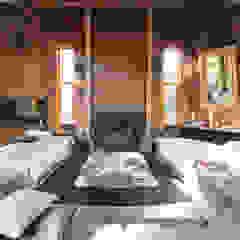 Log House Rustikale Wohnzimmer von Orkun İndere Interiors Rustikal Massivholz Mehrfarbig