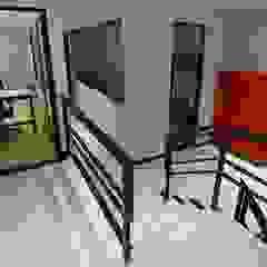 La Maquinita Pasillos, vestíbulos y escaleras modernos de Trua arqruitectura Moderno
