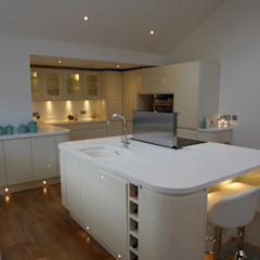 ​Beautiful curved island and kitchen with plenty of worktop space AD3 Design Limited 現代廚房設計點子、靈感&圖片