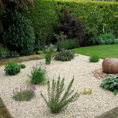 Romantic suburban garden من Jane Harries Garden Designs بحر أبيض متوسط