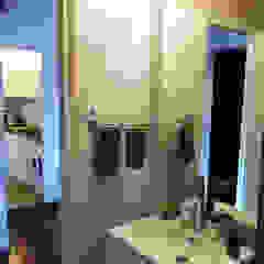 ABCDEstudio Mediterranean style bathrooms Ceramic White