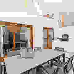 Casa Pollensa DB Balcones y terrazas de estilo moderno de ISLABAU constructora Moderno