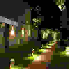 Country style garden by L+A Arquitetura de iluminação Country