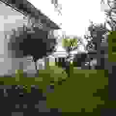 Projekt przydomowego ogrodu w podwarszawskim Konstancinie Nowoczesny ogród od LandAR Projects Sp. z o.o. Nowoczesny