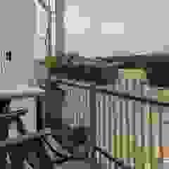 Balcones y terrazas de estilo moderno de ATELEON Moderno