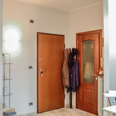Pasillos, vestíbulos y escaleras de estilo moderno de ATELEON Moderno