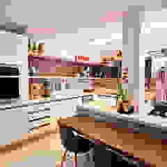 Cocinas de estilo moderno de Adoro Arquitetura Moderno Madera Acabado en madera