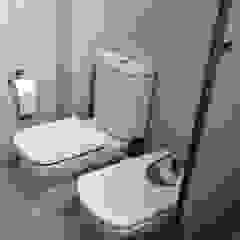Modern Bathroom by AyC Arquitectura Modern
