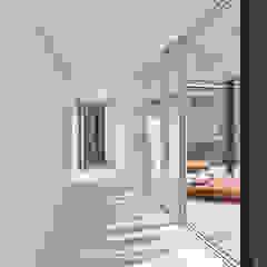 The Wall House Closets minimalistas por guedes cruz arquitectos Minimalista